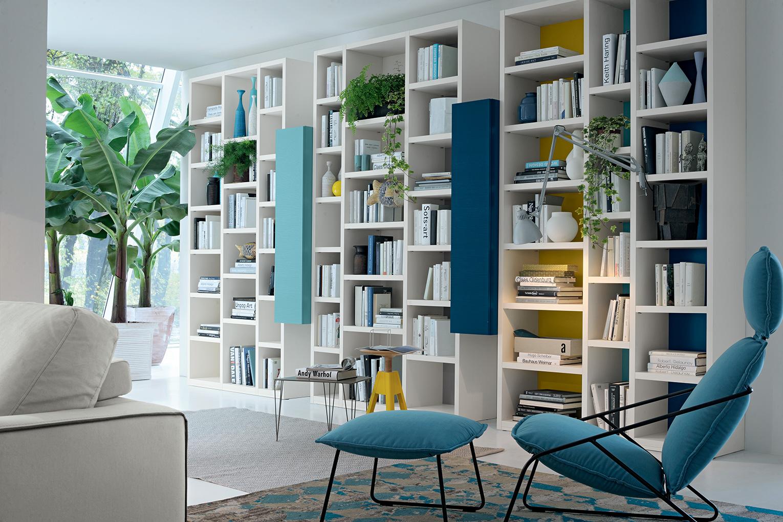 Come organizzare il soggiorno con le librerie divisorie